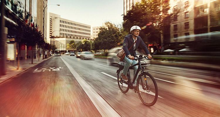ciclista guida una ebike in città