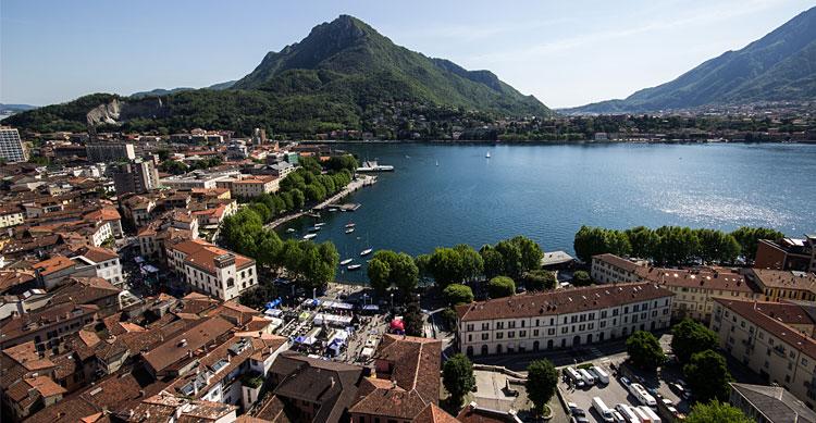 panorama del centro storico e del lago di lago durante la fiera bike up