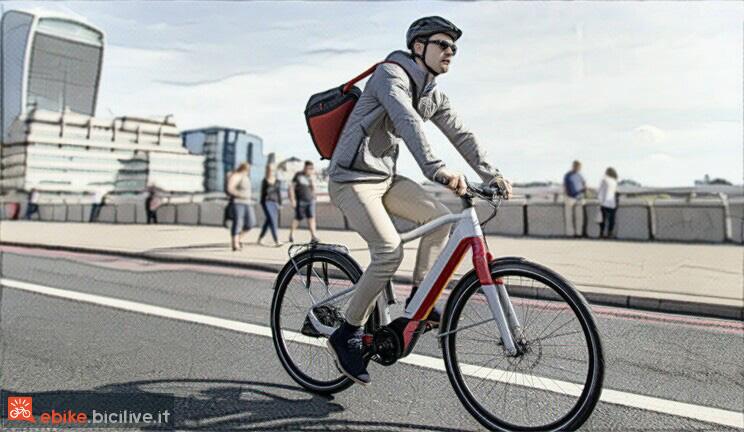 foto di un ciclista con bici elettrica in città