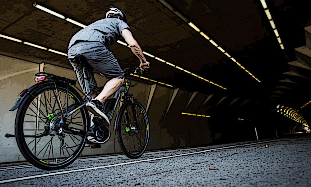 Una bici taroccata viaggia veloce in un tunnel