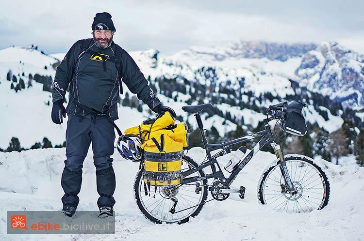 foto di un biker sulla neve con la sua mtb