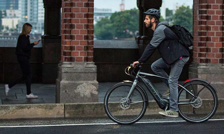 ciclista urbano pedala con un'ebike giant