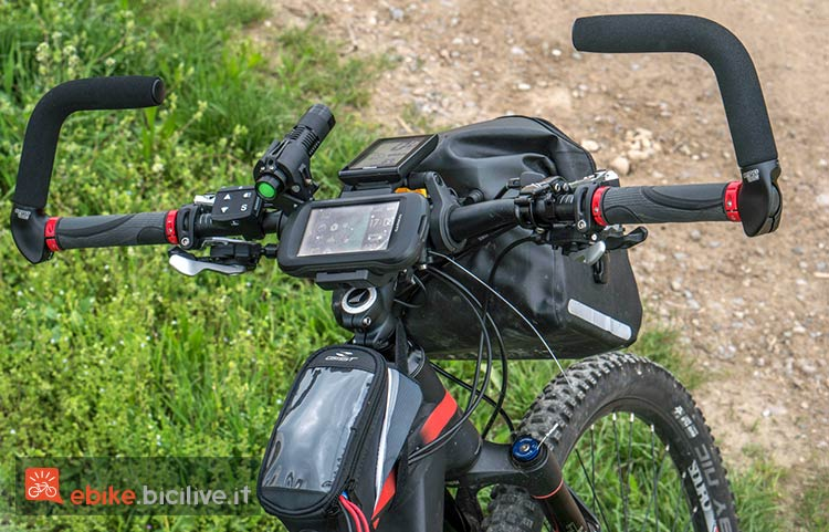 foto di un manubrio di una bici elettrica con strumenti di viaggio