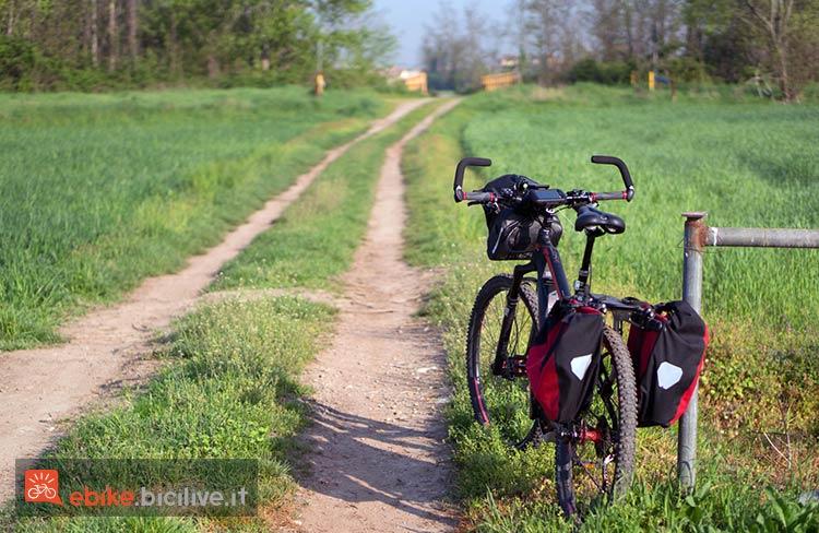 foto di una ebike con borse da viaggio