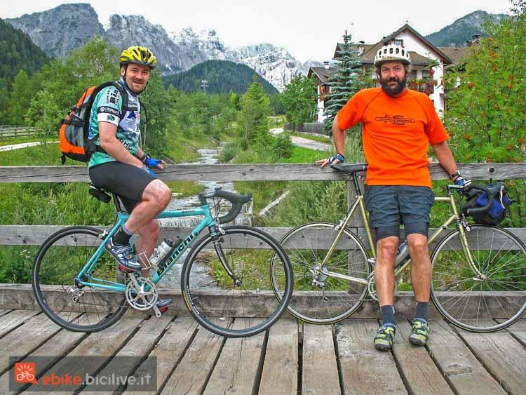foto di due ciclisti con bici da corsa.