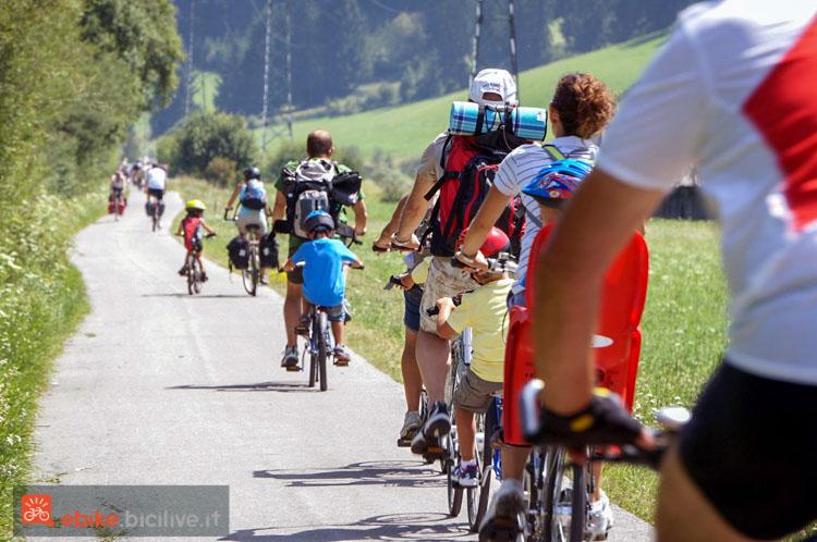 foto di ciclisti suòlla pista ciclabile di Lienz in Austria