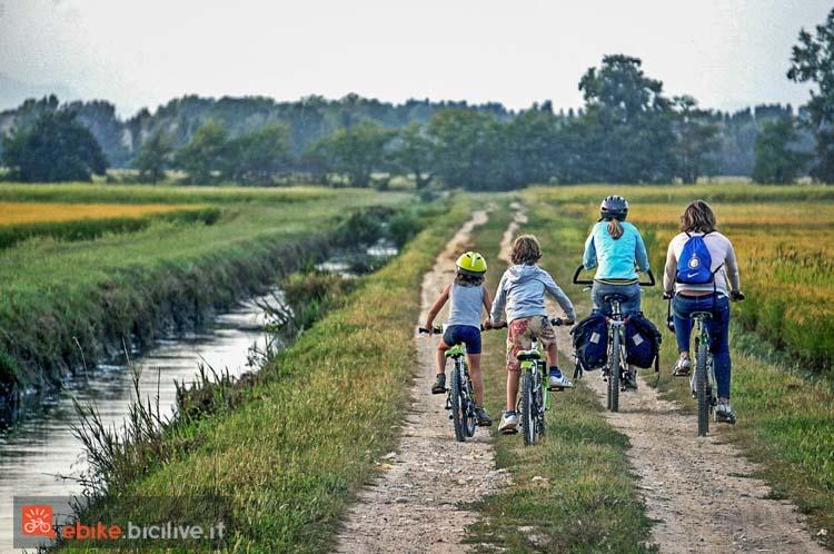 foto di una famiglia in bicicletta su un percorso ciclabile