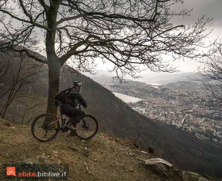foto di un biker che ammira il paesaggio dalla vetta