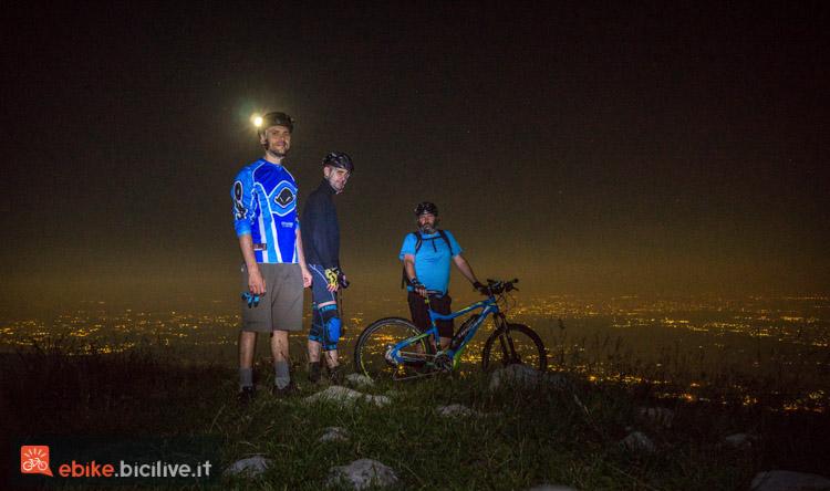 foto di un gruppo di biker di notte