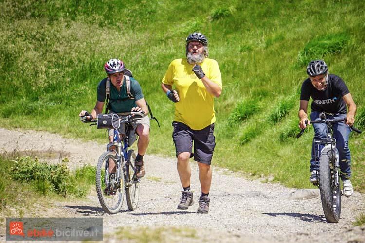 foto di alcuni ciclisti su una salita