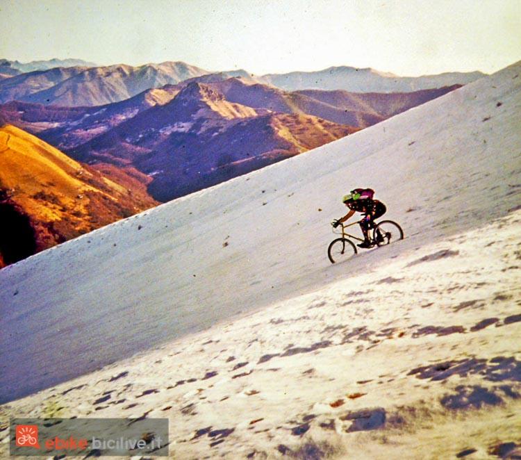 foto di mario ciaccia nel 1991 in sella a una mtb sul monte generoso.