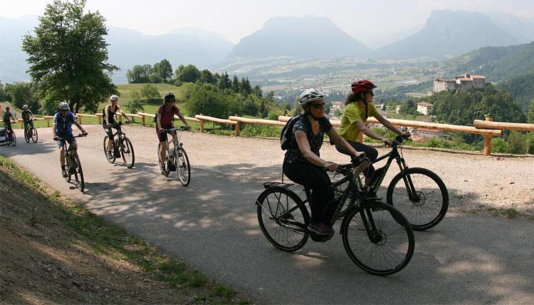 cicliste pedalano in trentino su una ebike di evvai