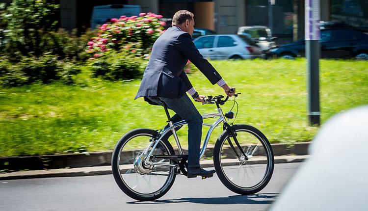 ciclista urban su moto morini limited ebike