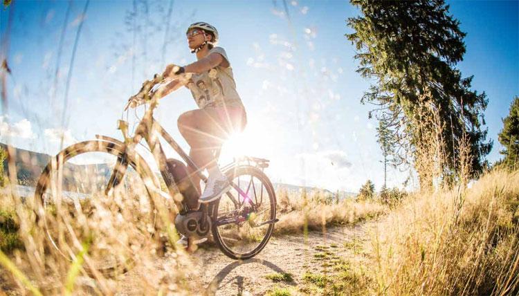 Una ciclista in sella a una bici elettrica Centurion della gamma 2017
