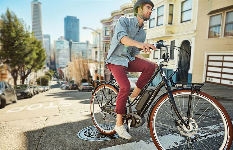 ciclista va in salita con ebike electra