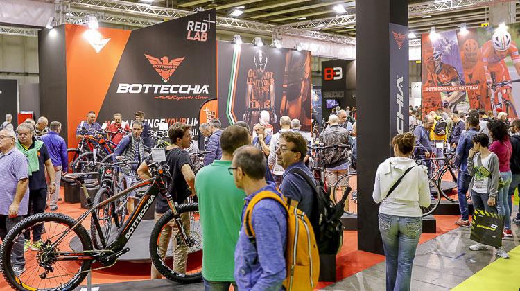 Visitatori appassionati di bici alla fiera CosmoBike Show 2017
