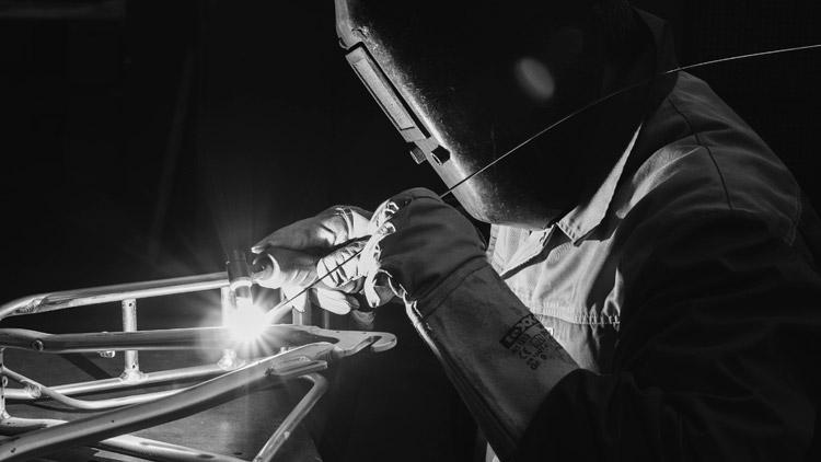 tecnico kettler salda il telaio di un'ebike