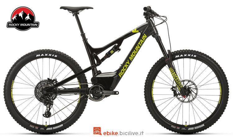 Una bici elettrica Altitude Powerplay Carbon 50