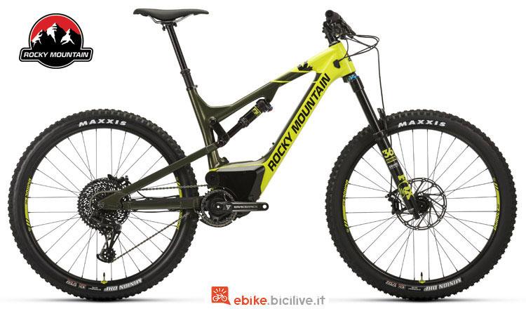 Una mtb a pedalata assistita Altitude Powerplay Carbon 70