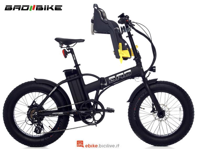 Una bici pieghevole Bad Bike Bad con seggiolino porta bimbi