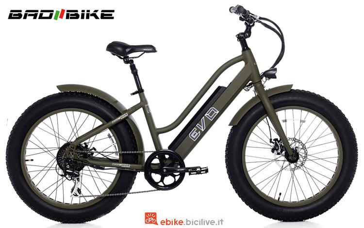 Una bici elettrica con gomme ciccione Bad Bike Evo Fat