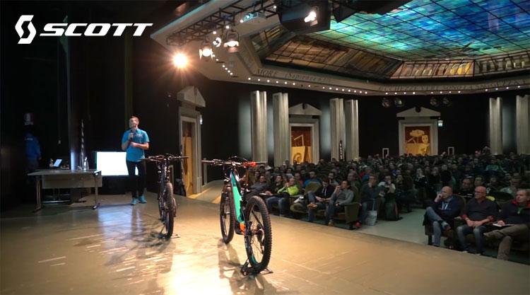 Presentazioni e spiegazioni sul palco del corso tecnico Scott