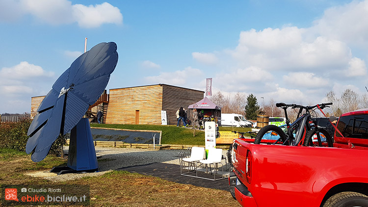 foto della Azienda Vitivinicola Enrico Crola con l'impianto fotovoltaico Smartflower POP e la stazione di ricarica ebike