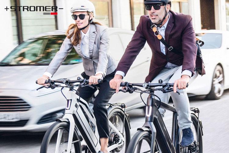 Urban rider con casco in sella a bici elettriche Stromer