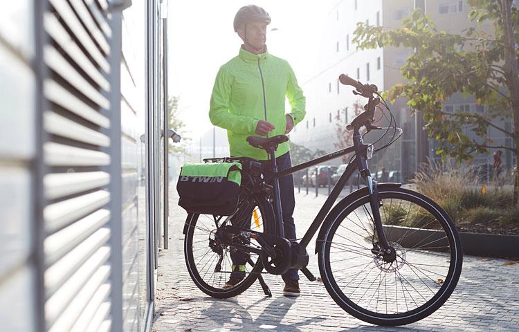 ciclista con abbigliamento e accessori Decathlon