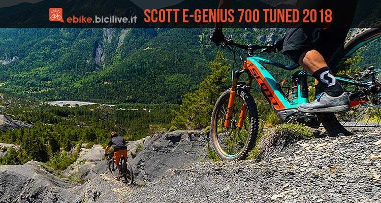 biker scende un trail con l'emtb Scott e-Genius 700