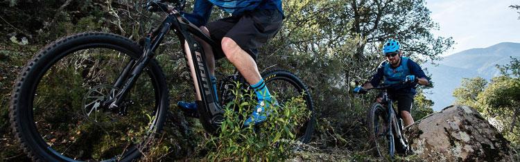 Rider in sella a mountain bike elettriche Giant della gamma 2018