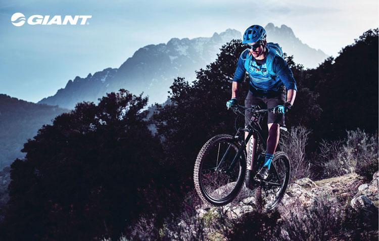 Una mountain bike elettrica Giant 2018 in azione in montagna