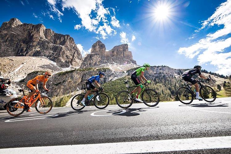 corridori impegnati in una salita del Giro d'Italia