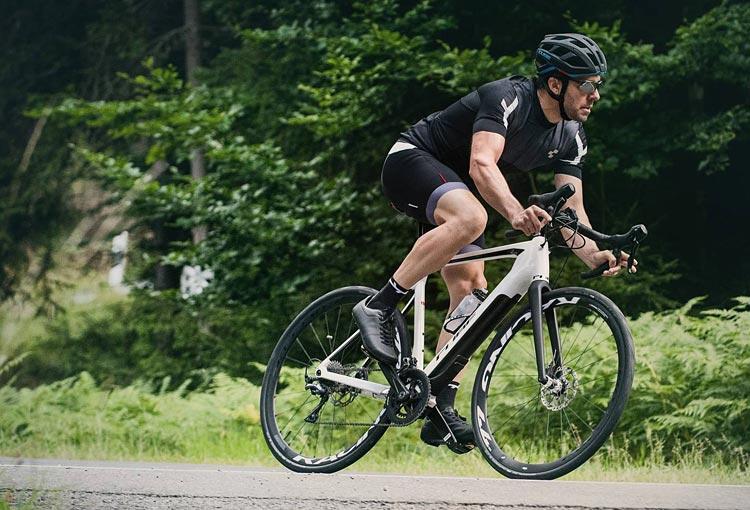 ciclista con bici da strada elettrica Cube