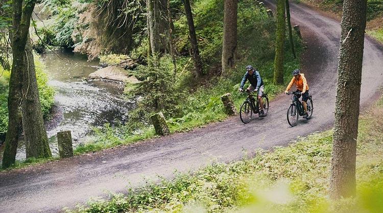ciclisti con biciclette elettriche Cube