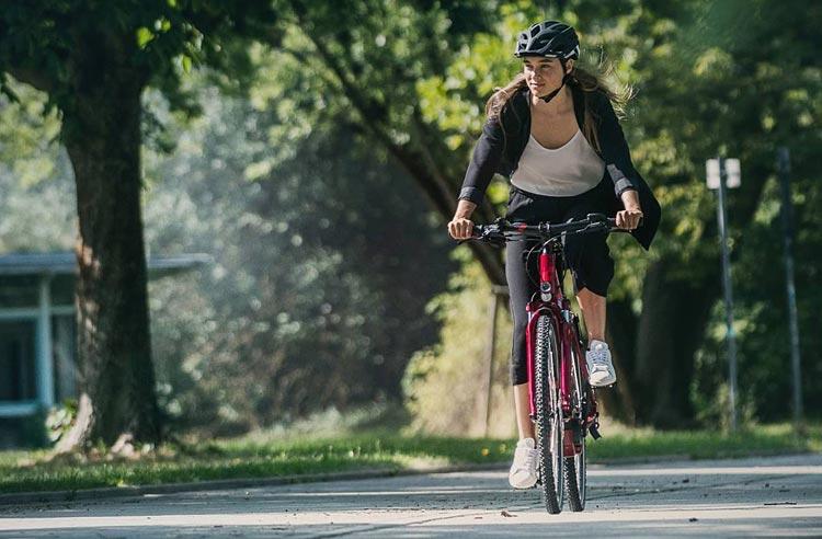 ciclista urbana con bici elettrica Cube