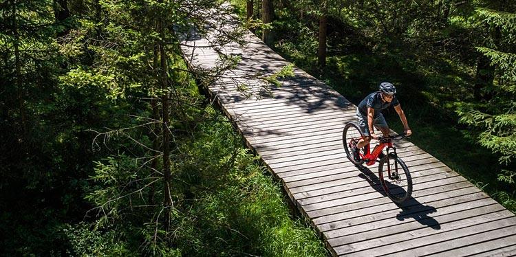 ciclista con bici elettrica da trekking Cube
