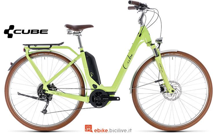 bicicletta elettrica con colori vivaci Cube