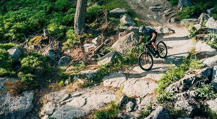 biker su un trail con una mtb elettrica cube