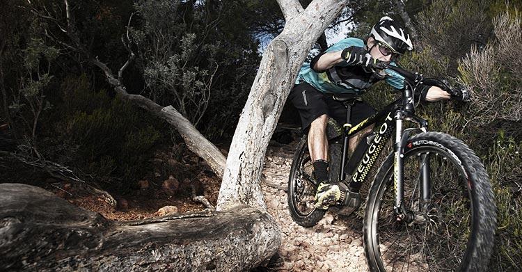 biker su un trail con una mtb elettrica