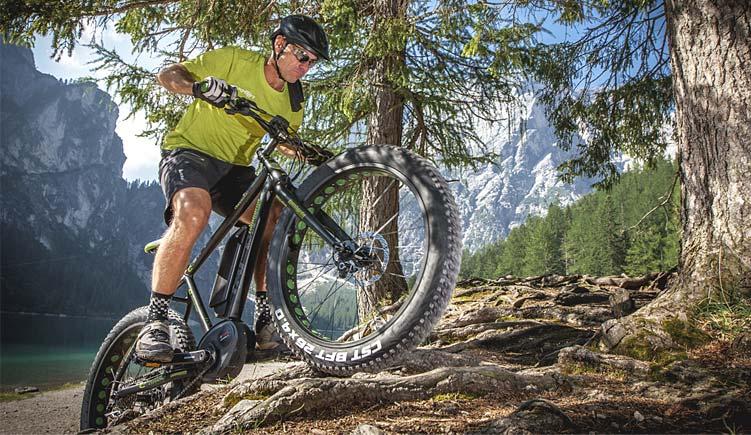 biker con mtb elettrica Lombardo