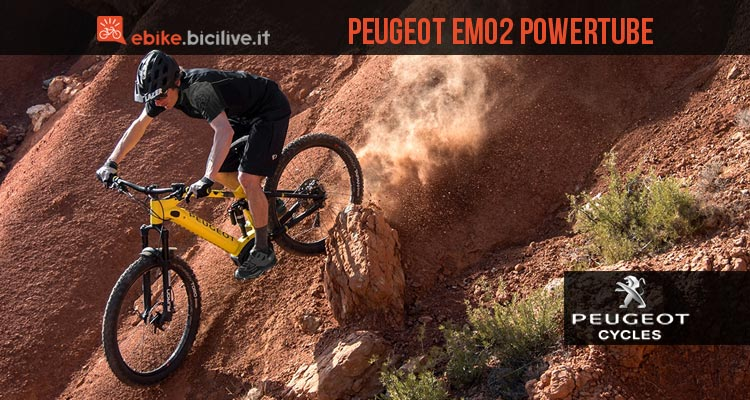 biker in sella a una Peugeot eM02 PowerTube