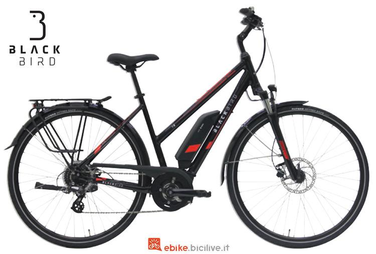 Una bici a pedalata assistita da trekking Black Bird T-8 da donna
