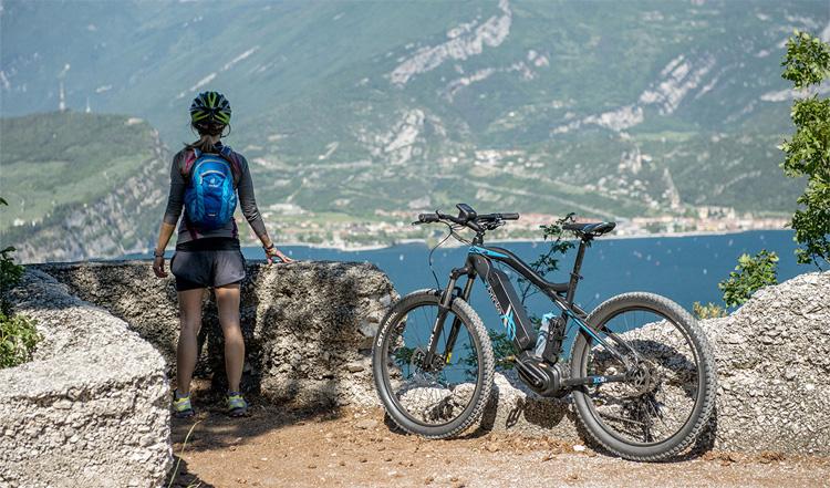 Una ciclista con una ebike Brinke XCR+ in viaggio