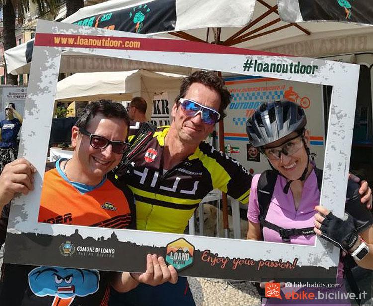 ciclisti fanno un selfie alla presentazione di Loano Outdoor 2.0