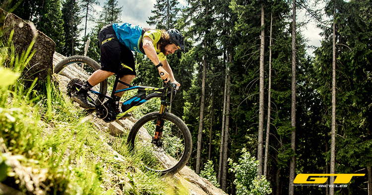 Un rider in sella a una eMTB GT eVerb AMP