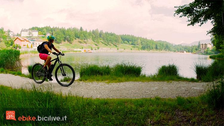 foto di una biker su una ciclabile con ebike