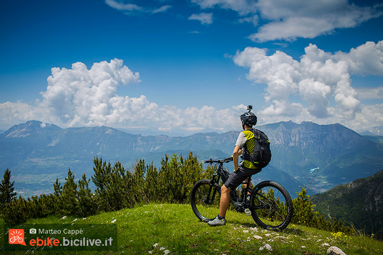foto di un ciclista con una emtb
