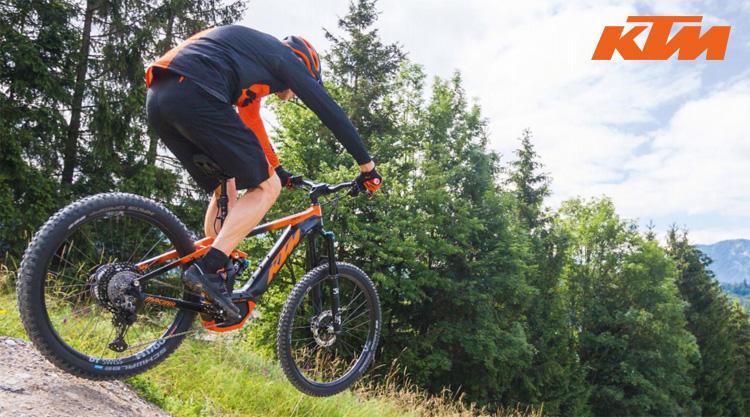 Un rider affronta un salto in sella a una ebike KTM  full suspended
