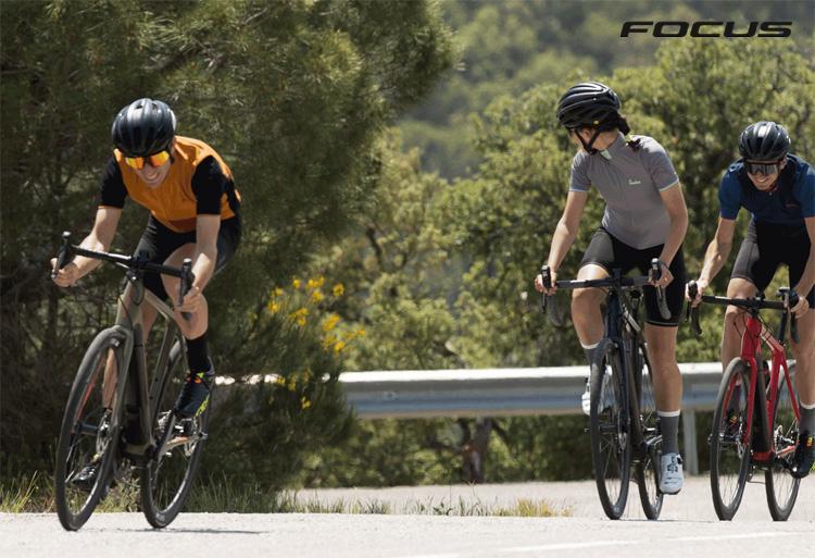 Una bicicletta da strada a pedalata assistita FocusParalane²